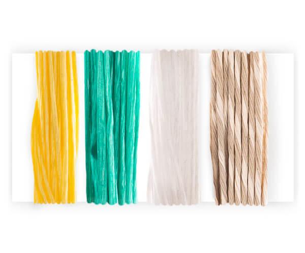cztery kolory sznurka nawinięte na biały przedmiot